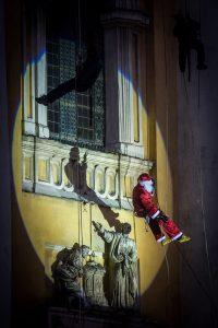 Kötélen ereszkedik le a Mikulás a kecskeméti nagytemplom tornyából a templom elõtti téren tartott Mikulás-napi ünnepség résztvevõihez 2016. december 5-én. MTI Fotó: Ujvári Sándor